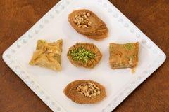 Köstliches Baklava bedeckt mit Pistazie und Mandeln Stockbild