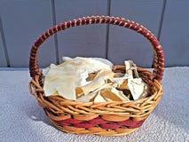 Köstliches Chewies in einem Korb stockfotografie