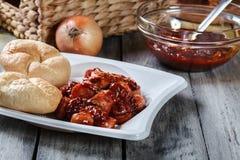 Köstliches deutsches currywurst - Stücke der Wurst mit Currysoße stockfotos