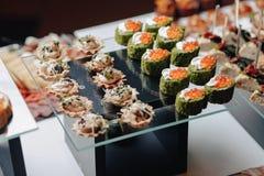 Köstliches festliches Buffet mit canapés und verschiedenen köstlichen Mahlzeiten lizenzfreie stockbilder