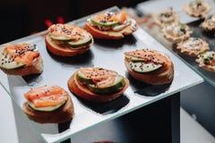 Köstliches festliches Buffet mit Canape und verschiedenen köstlichen Mahlzeiten stockbild