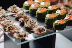 Köstliches festliches Buffet mit Canapes und verschiedenen köstlichen Mahlzeiten stockfotos