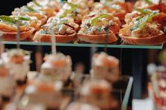 Köstliches festliches Buffet mit Canapes und verschiedenen köstlichen Mahlzeiten stockfotografie