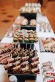 Köstliches festliches Buffet mit Canapes und verschiedenen köstlichen Mahlzeiten lizenzfreie stockbilder