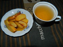 Köstliches Frühstück backte Quitte mit Honig und Tee von den Hagebutten Stockbild