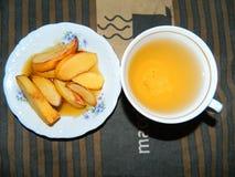 Köstliches Frühstück backte Quitte mit Honig und Tee von den Hagebutten Stockfotografie
