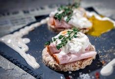 Köstliches Frühstück - Eier Benedict Stockbilder