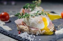 Köstliches Frühstück - Eier Benedict Stockfoto