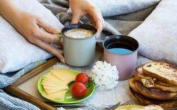 Köstliches Frühstück im Bett mit Toast und einem großen Tasse Kaffee stockfoto