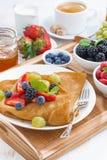 Köstliches Frühstück - Krepps mit frischen Beeren und Honig Stockfotografie