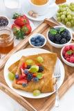 Köstliches Frühstück - Krepps mit frischen Beeren und Honig Stockbild