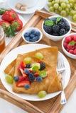 Köstliches Frühstück - Krepps mit frischen Beeren und Honig Stockfotos