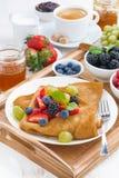Köstliches Frühstück - Krepps mit frischen Beeren und Honig Stockbilder