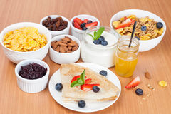 Köstliches Frühstück - Krepps mit frischen Beeren und Honig Lizenzfreie Stockbilder