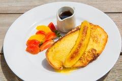 Köstliches Frühstück mit französischen Toast mit gebratener Banane, Honig Lizenzfreies Stockfoto