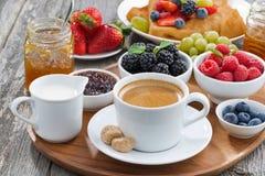 köstliches Frühstück mit Kaffee, frischen Beeren und Pfannkuchen Stockbild