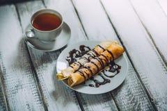 Köstliches Frühstück selbst gemachte Pfannkuchen oder Blini mit Schokoladencreme und -schale Stockbilder