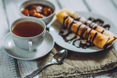Köstliches Frühstück selbst gemachte Pfannkuchen oder Blini mit Schokoladencreme und -schale Lizenzfreie Stockfotografie
