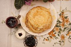 Köstliches Frühstück von frisch gebackenen Pfannkuchen auf dem Shrovetide stockfotos