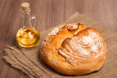 Köstliches frisches Brot auf auf dem Tisch rausschmeißen, eine Flasche Öl Stockbild