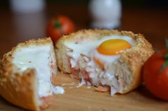 Köstliches gebackenes Eibrötchen geschnitten Lizenzfreie Stockbilder