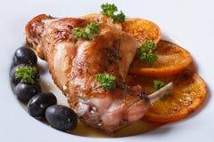 Köstliches gebratenes Kaninchenbein mit Orangen, Nahaufnahme horizontal Stockfotografie