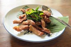 Köstliches gebratenes Schweinefleisch auf weißem Teller Lizenzfreie Stockfotos