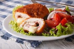 Köstliches geschnittenes Huhn cordon bleu und eine Salatnahaufnahme Horiz Lizenzfreies Stockfoto