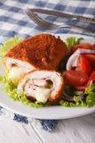 Köstliches geschnittenes Huhn cordon bleu und eine Salatnahaufnahme Verti Stockfoto