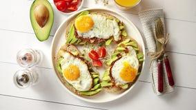 Köstliches gesundes Frühstück mit geschnittenen Avocadosandwichen mit Spiegelei stock video