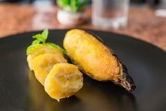 Köstliches goldenes Braun gegrillte Banane stockbild