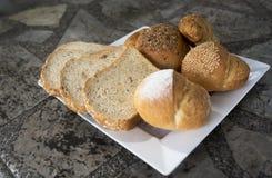 Köstliches Hörnchen und Brote Stockfoto