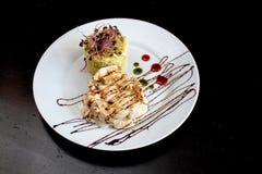 Köstliches Huhn Ambre mit Reis und Zwiebel Sprouds stockfotos