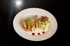 Köstliches Huhn Ambre mit Reis und Zwiebel Sprouds lizenzfreie stockbilder