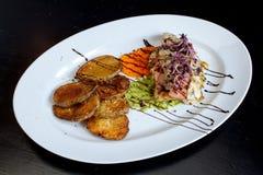 Köstliches Huhn mit Ofenkartoffeln und Zwiebel Sprouds stockfotos