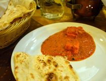 Köstliches indisches Currylebensmittel mit dem Brot verziert auf einer Restauranttabelle Stockfotografie
