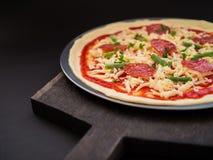 Köstliches italienisches Salami-Pizza-Foto stockfoto