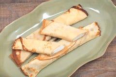 Köstliches Käse blintz auf grüner Platte Lizenzfreies Stockfoto