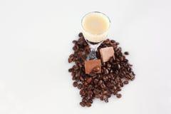 Köstliches Kaffeecocktail mit Kaffeebohnen und Schokolade Stockfotos