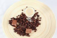 Köstliches Kaffeecocktail mit Kaffeebohnen und Schokolade Stockbilder