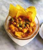 Köstliches Kichererbsen- und potatos Curryeintopfgericht diente mit Chips, s Lizenzfreies Stockfoto