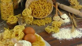 Köstliches Kohlenhydratkonzept des Makkaroniteigwarengebäcks stock video