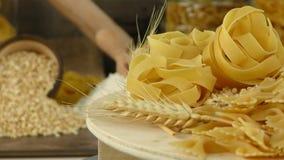 Köstliches Kohlenhydratkonzept des Makkaroniteigwarengebäcks stock footage