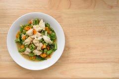 Köstliches Krebsfleisch und Paprikas rühren sich auf hölzerner Tabelle Lizenzfreies Stockbild