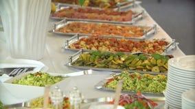 Köstliches Lebensmittel am Buffet stock video