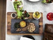 Köstliches Lebensmittelsteak Aufschlagsteller auf speziellen Platten Stockfoto
