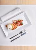 Köstliches Omurice-Omelett mit Ketschupnahaufnahme auf einer Platte horizontal Stockfoto