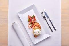 Köstliches Omurice-Omelett mit Ketschupnahaufnahme auf einer Platte horizontal Lizenzfreie Stockfotografie