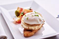Köstliches Omurice-Omelett mit Ketschupnahaufnahme auf einer Platte horizontal Lizenzfreies Stockbild