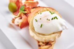 Köstliches Omurice-Omelett mit Ketschupnahaufnahme auf einer Platte horizontal Stockfotos